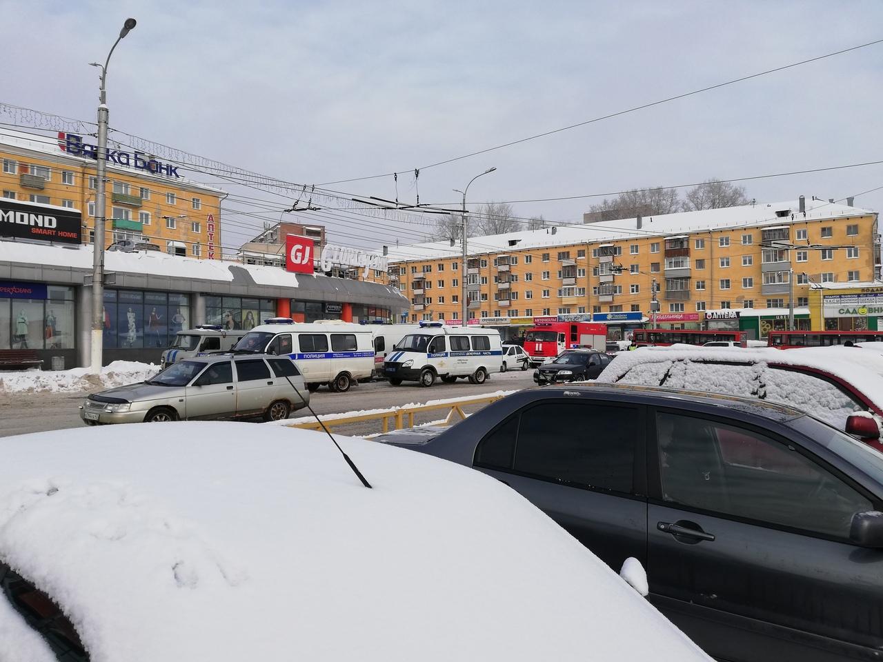 Очевидцы: «В Кирове полиция оцепила крупный торговый центр»