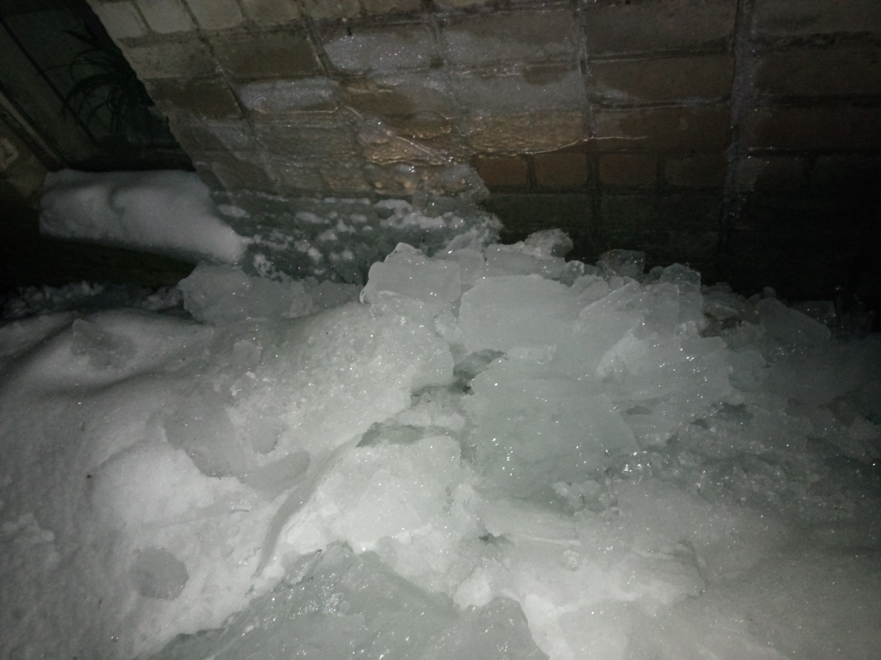 «На Овражной с крыши рухнула ледяная глыба, лишь чудом никто не пострадал»