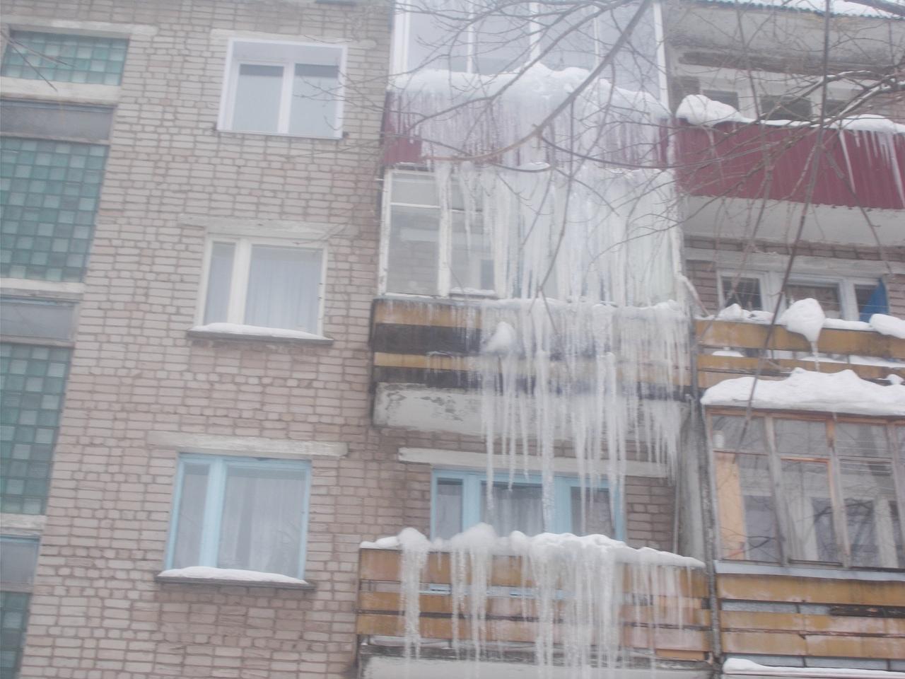 В Чепецке на доме образовалась сосулька длиной в 4 этажа