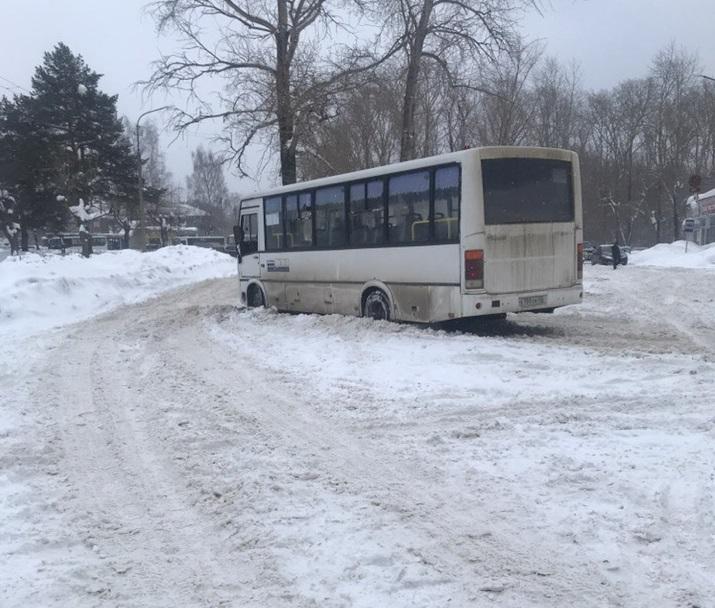 Около автовокзала в Кирово-Чепецке застрял автобус