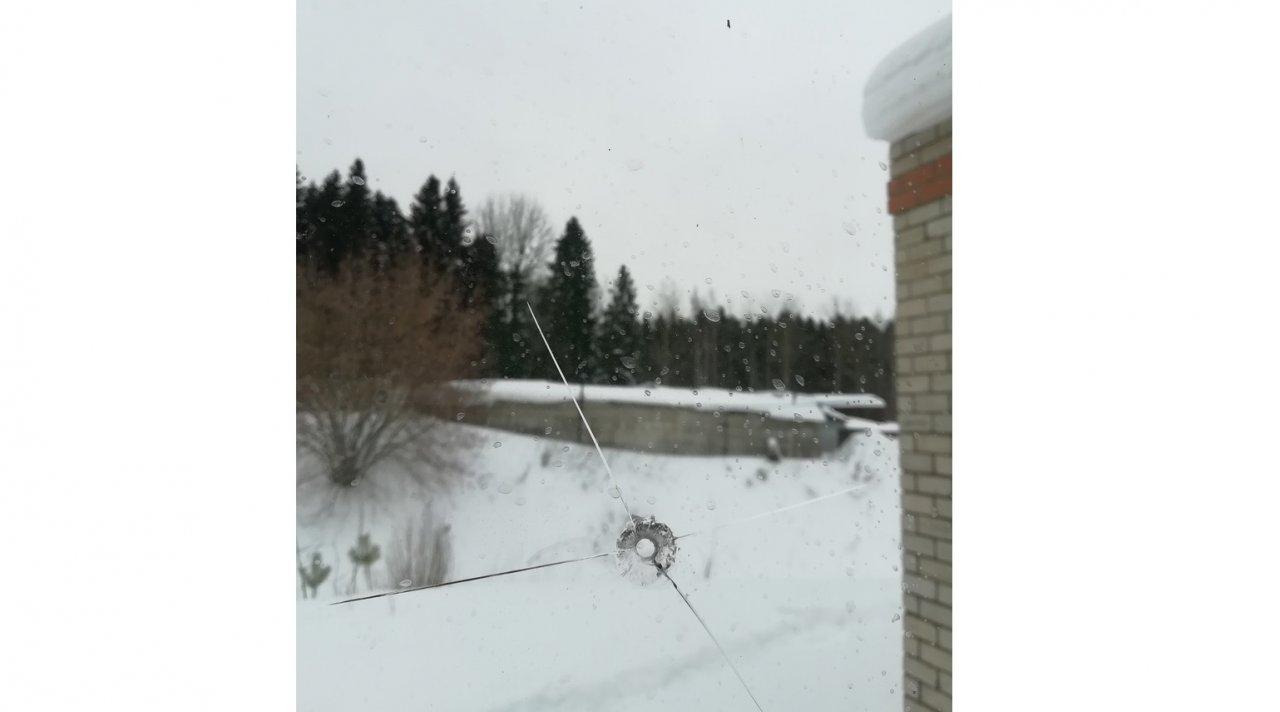 В Чепецке неизвестные обстреляли окна детского клуба