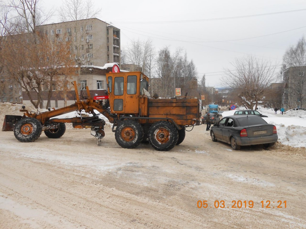 В Чепецке водитель трактора при чистке дороги «уценил» иномарку