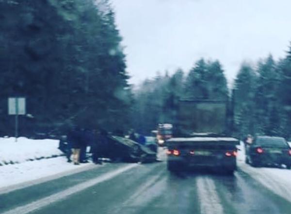 Утром на въезде в Чепецке перевернулся Ford: есть пострадавшие