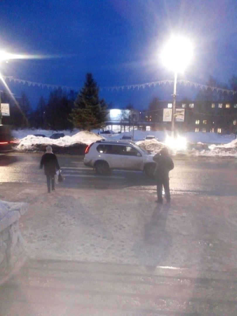 В Чепецке у администрации города кроссовер сбил девочку-подростка