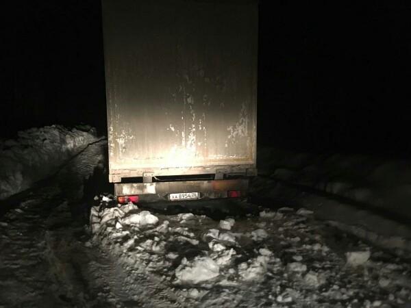 В Чепецком районе в лесу на трое суток застряла фура: местные везли водителю продукты