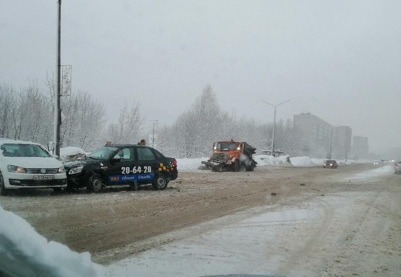 В Кирово-Чепецке столкнулись такси и Volkswagen Polo