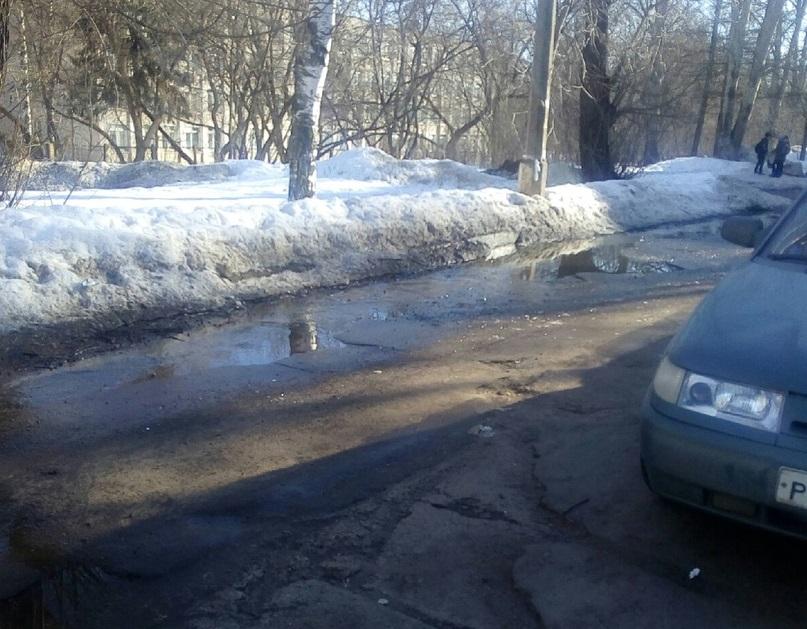 Очевидцы: в Чепецке по улице Ленина бежит «вонючий» ручей