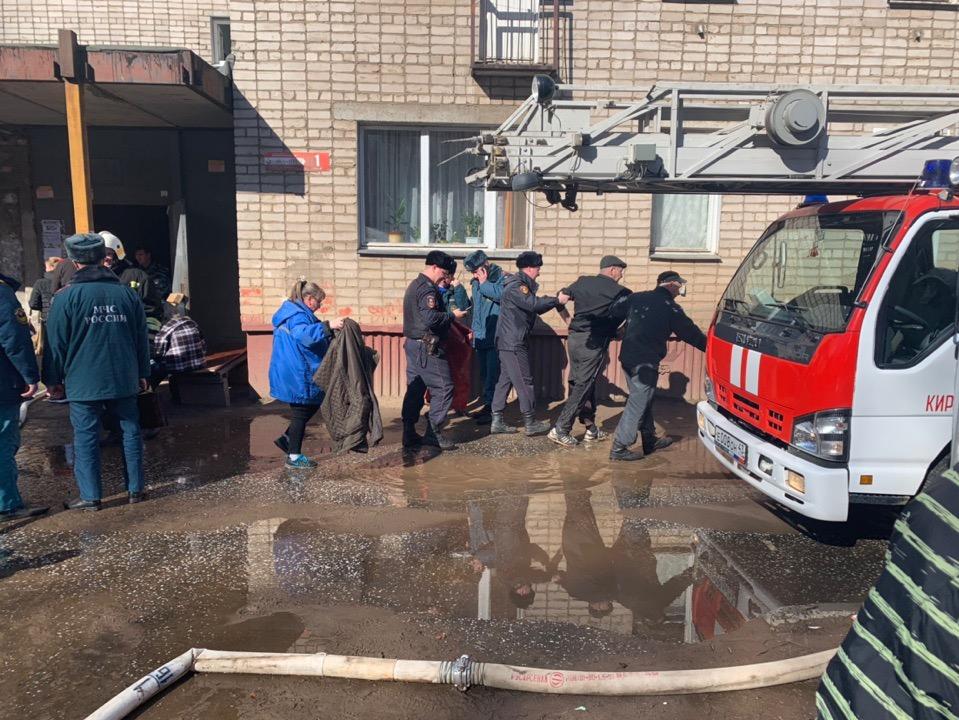 Пожар в малосемейке на Ленина: спасатели вывели мужчину в обгоревшей одежде
