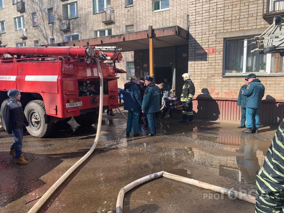 В Чепецке росгвардейцы на носилках выносили жильцов при пожаре на улице Ленина