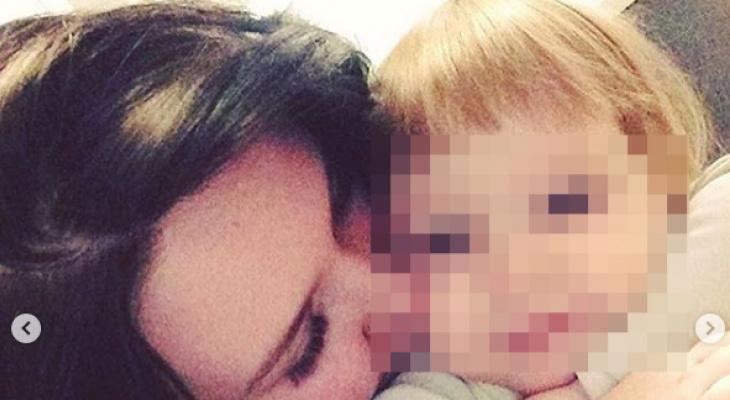Могилу погибшей от обезвоживания 3-летней девочки в Кирове усыпали игрушками