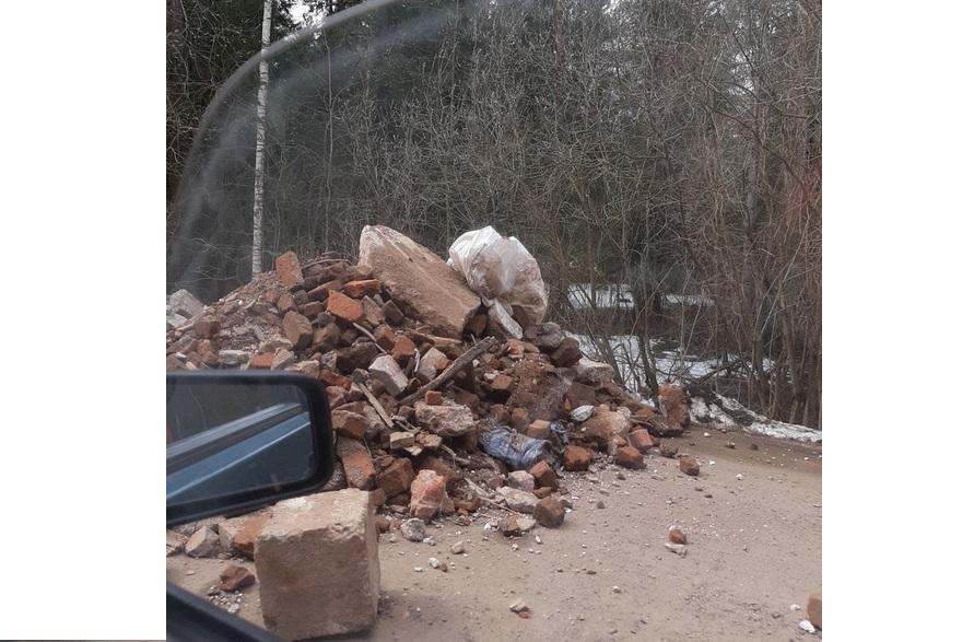 «Ремонт дороги по-чепецки»: горожане сфотографировали огромную кучу строительного мусора по дороге в Каркино