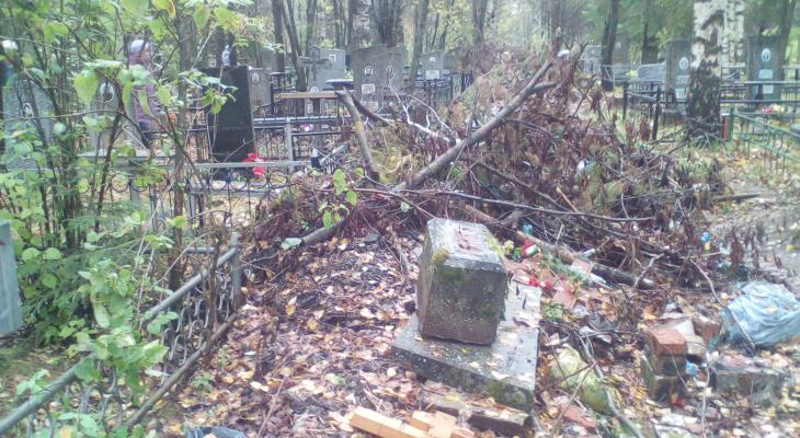 """""""Грязно и нет воды"""": чепчане пожаловались на ужасное состояние кладбищ"""