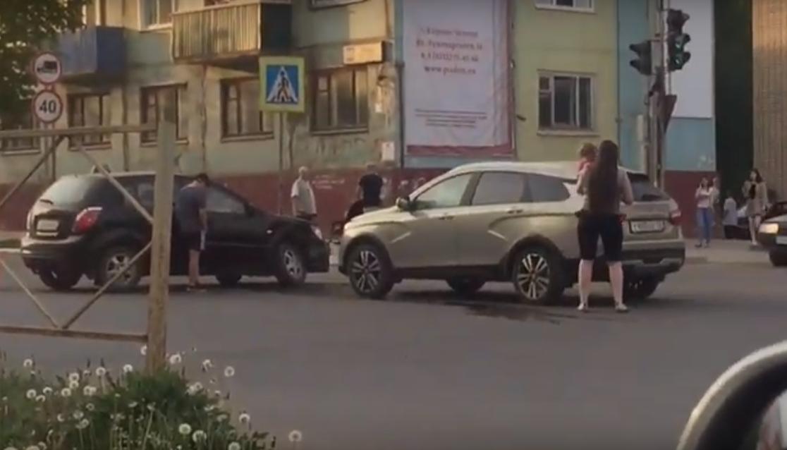 Видео: в Чепецке столкнулись две легковушки, в обеих машинах ехали дети
