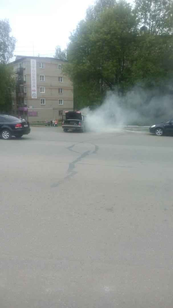 В Кирово-Чепецке на проспекте Мира вспыхнула «Волга»