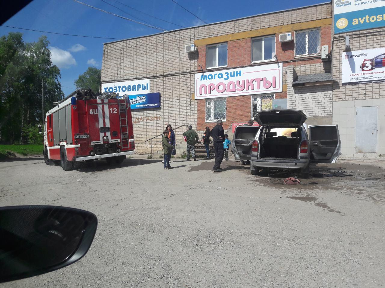В Кирово-Чепецке вспыхнула иномарка, пока ее владелец был в магазине