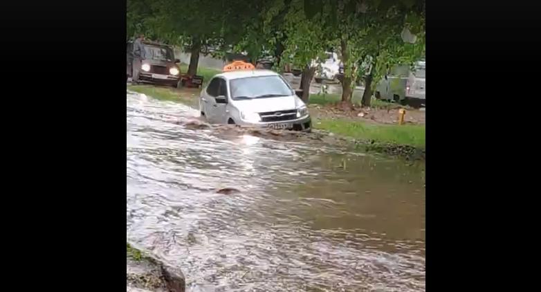 Видео: в Кирово-Чепецке затопило улицу из-за ливня