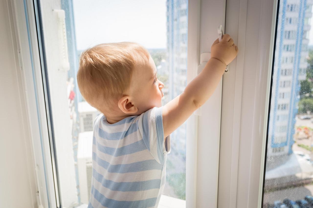 Как уберечь ребенка от падения из окна?
