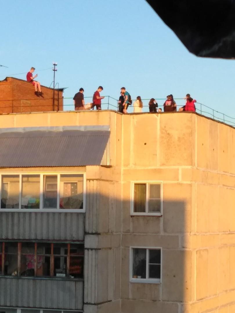 В Кирово-Чепецке больше 10 школьников забрались на крышу высотки