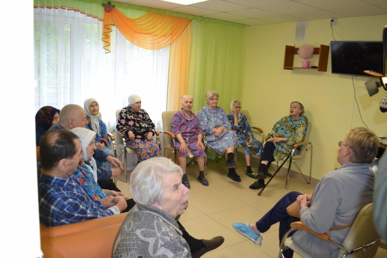 Чепецкому дому-интернату для инвалидов подарили телевизор