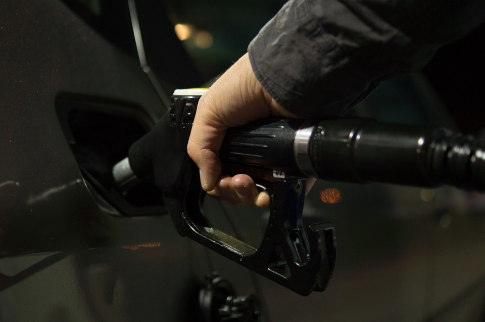 В Чепецке сливают бензин из машин