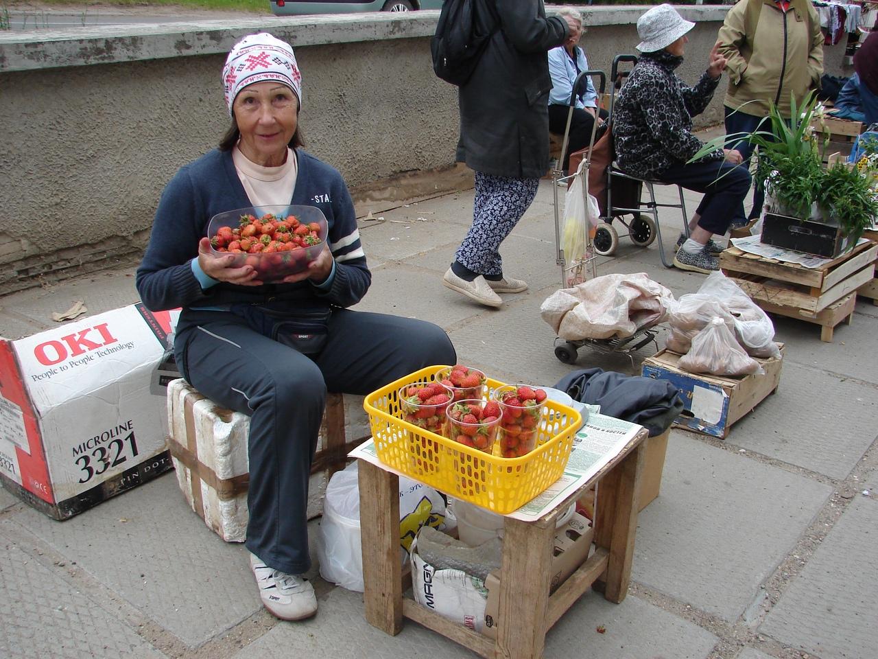 """""""Муж выращивает, я везу на рынок»: продавец клубники об особенностях ягодного сезона"""
