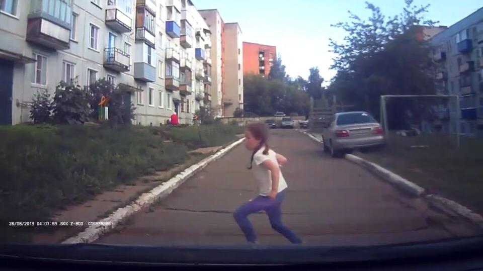 Видео: в Кирово-Чепецке дети бросаются под колеса автомобиля