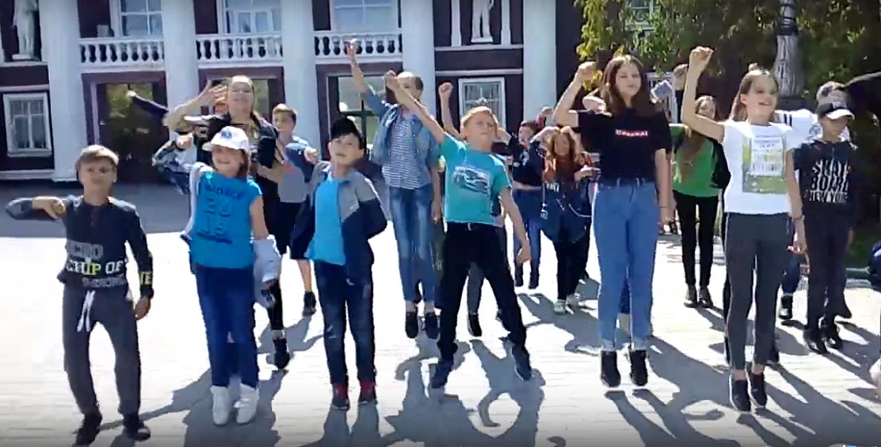 Видео: в Кирово-Чепецке школьники вернулись из лагеря и устроили флешмоб