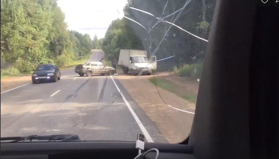 Видео: на трассе в Чепецком районе водитель ГАЗа не пропустил машину такси