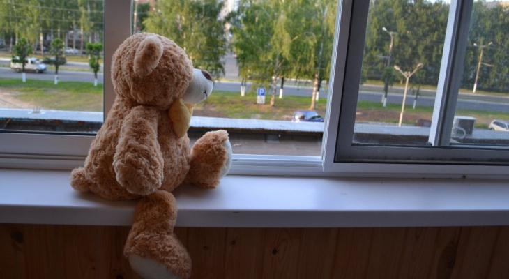 Бросила двухлетнего ребенка на улице: выяснилось, лишат ли родительских прав жительницу Нововятска