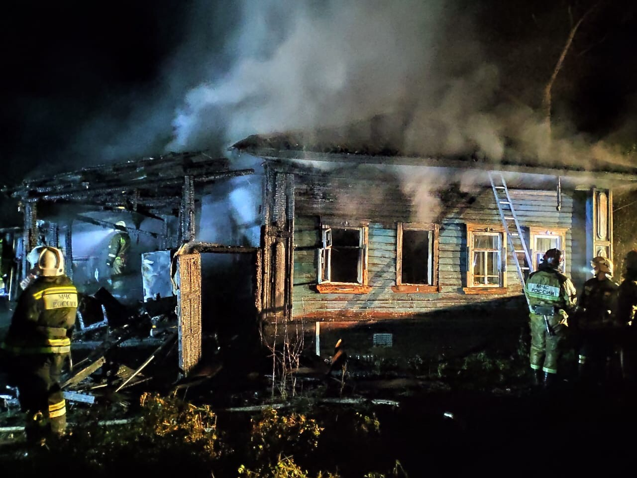 Ночной пожар в Кирово-Чепецке: спасатели не исключают версию поджога