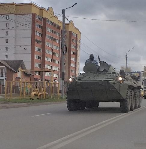 По улицам Кирово-Чепецка проехал БТР и экстренные службы