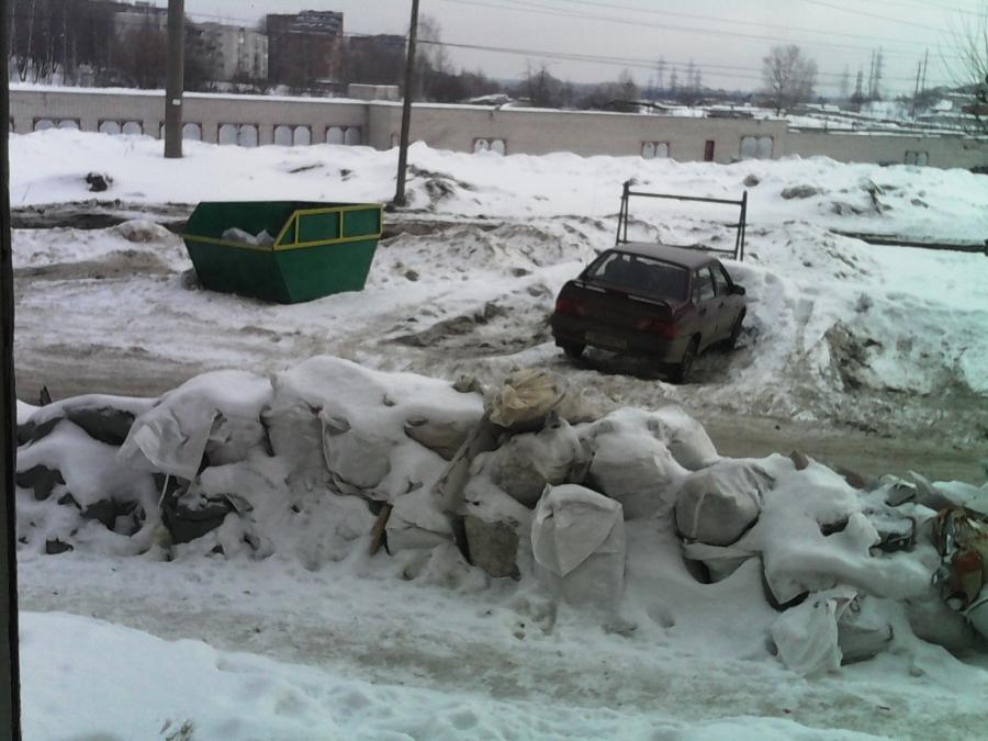 В Чепецке устроили свалку прямо во дворе дома