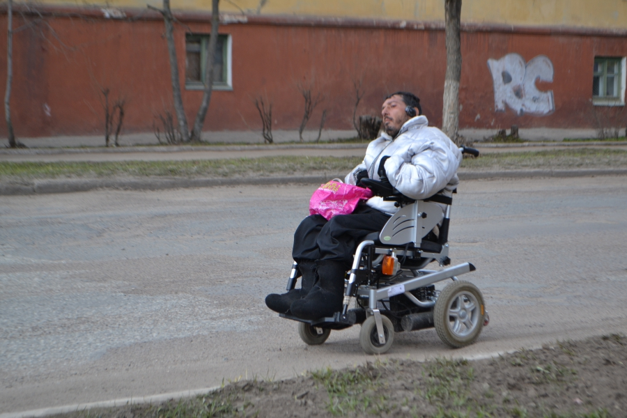 Мужчина на коляске ехал прямо по проезжей части
