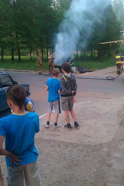 В Чепецке прямо во дворе подожгли мусор (фото)