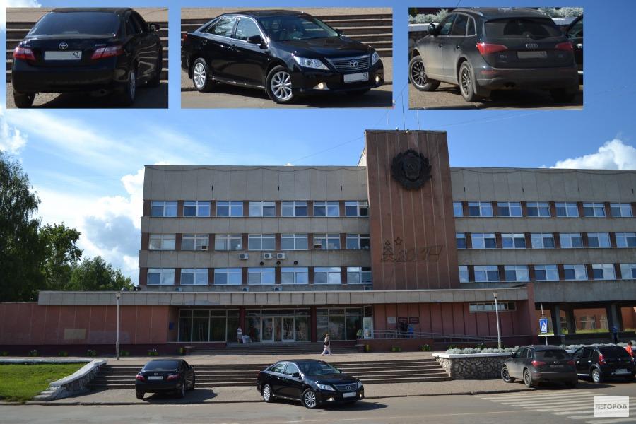 В Кирово-Чепецке даже возле здания администрации автохамы паркуются на тротуаре