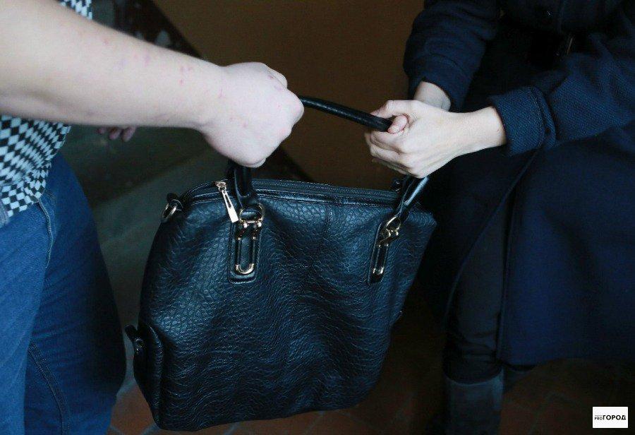 На улице Кирово-Чепецка напали на девушку: грабитель забрал сумку с деньгами и телефон