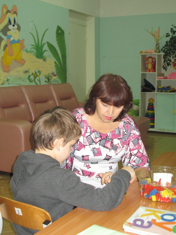 Интервью за 60 секунд: Валентина Мусихина воспитатель центра реабилитации детей-инвалидов во время игры с ребенком