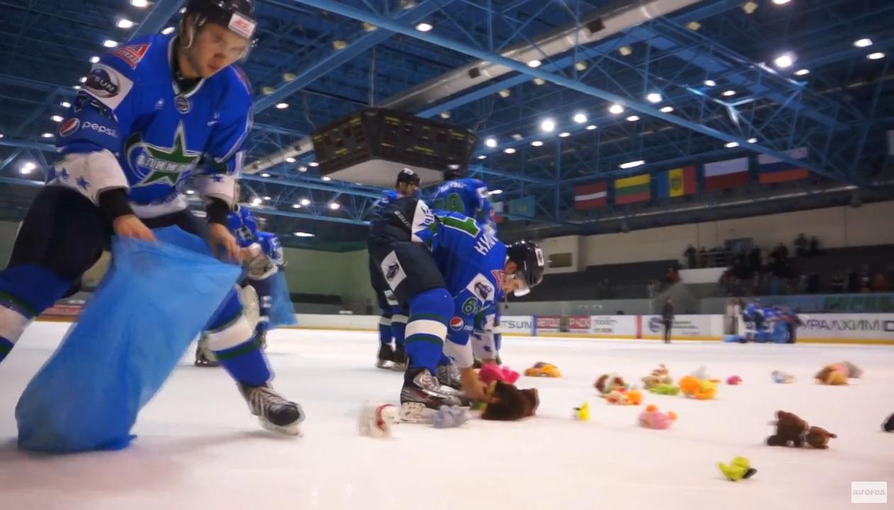 Чепчане на финальном матче «Олимпии» закидали хоккеистов плюшевыми медведями