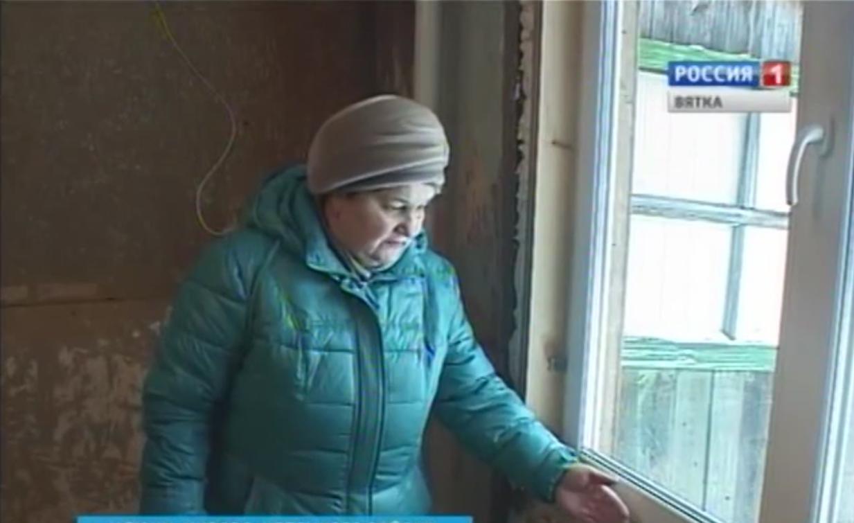 Чепчанка с двумя внуками уже четыре года ютятся в полуразрушенном доме