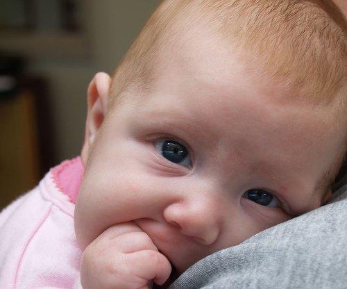 Чепчанка не кормила свою двухлетнюю дочь, избивала ее и заставляла спать на полу