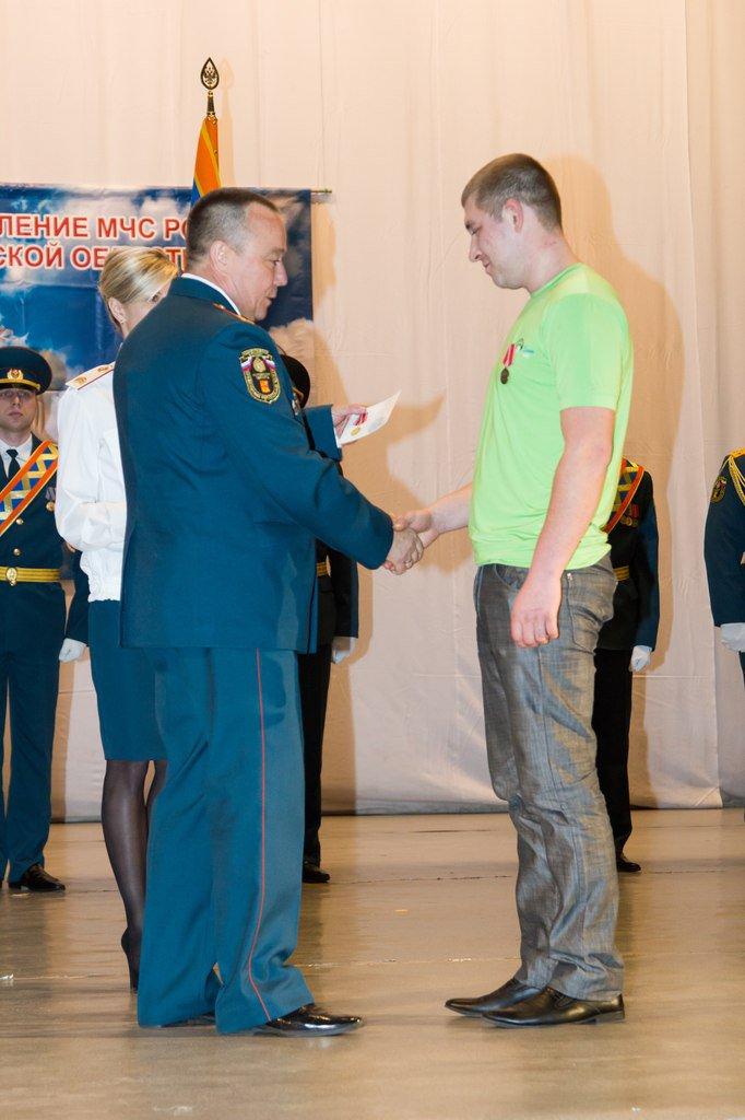 В Управлении МЧС наградили чепчанина-героя, который вытащил соседа из огня
