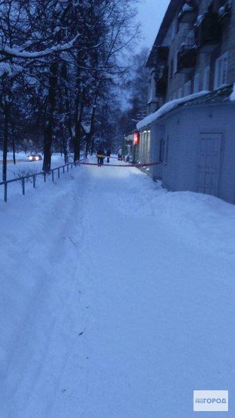 В Кирово-Чепецке на детей упала снежная глыба