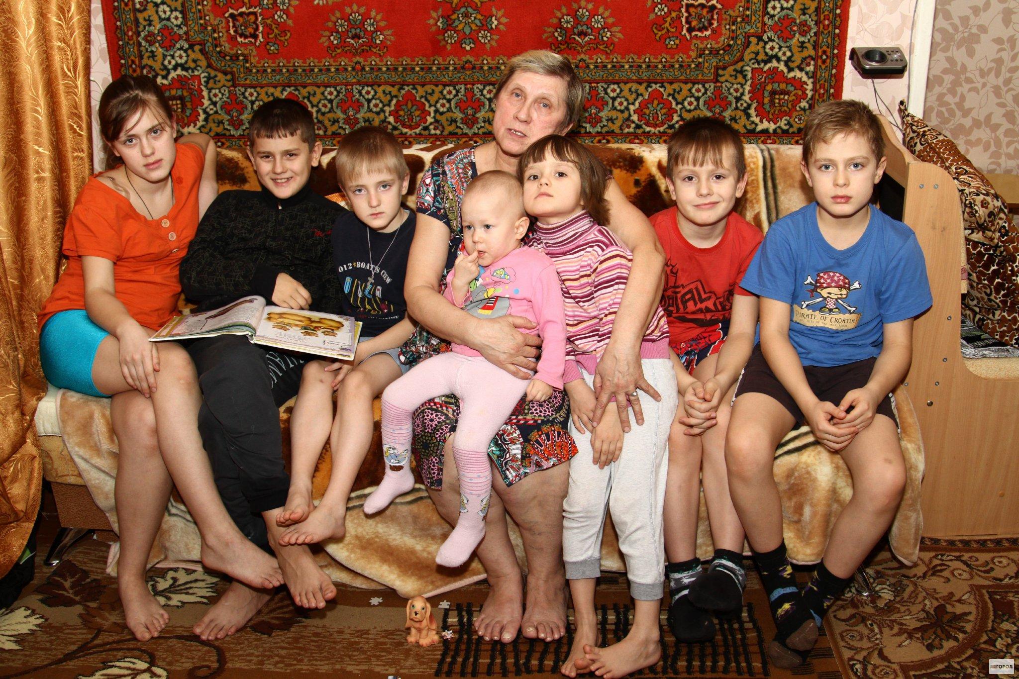 В Кирово-Чепецке бабушка с семью внуками ютятся в крошечной квартирке