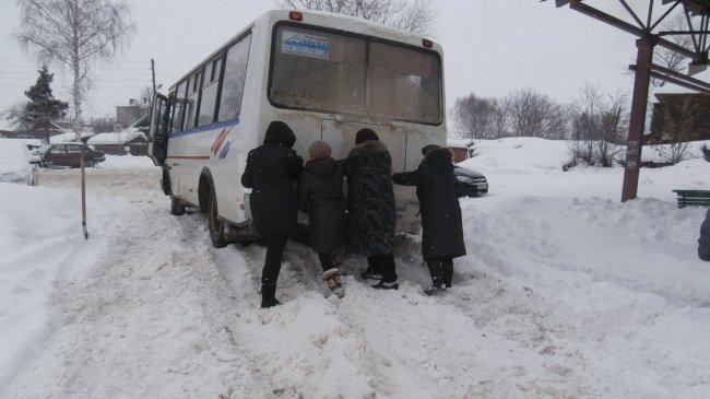 В Кировской области женщины помогли вытолкнуть ПАЗик из снежной каши
