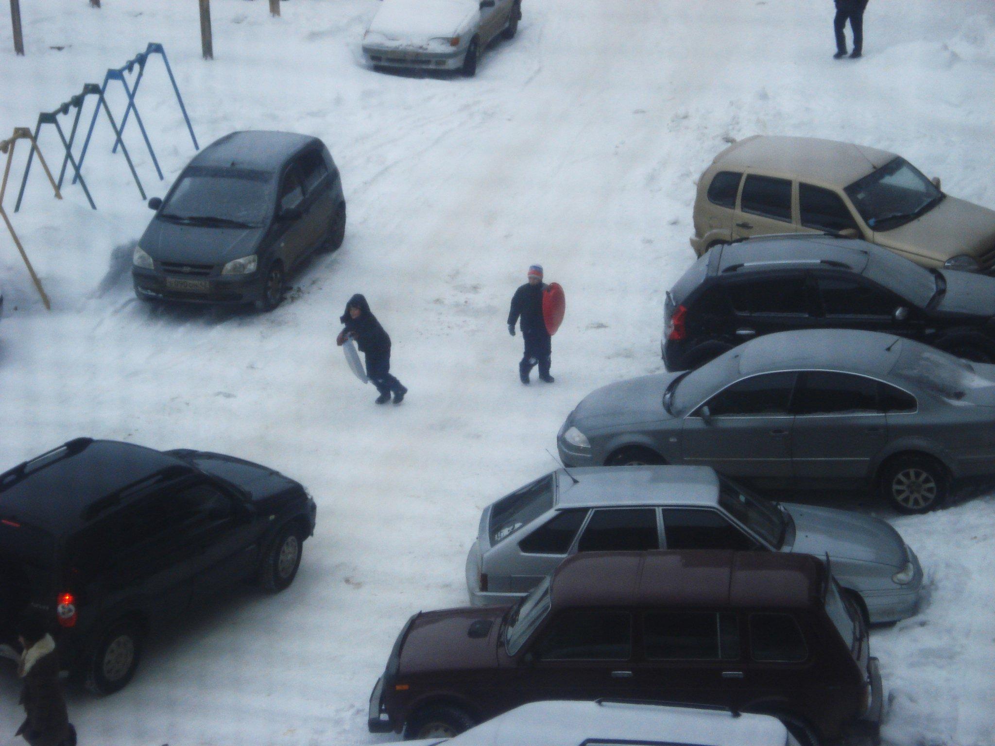 В Кирово-Чепецке школьник скатился с сугроба и ударился о колесо проезжающей мимо машины