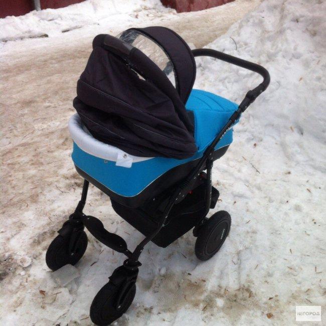 В Кирове месячный ребенок погиб от упавшей на него девятикилограммовой глыбы снега: подробности трагедии