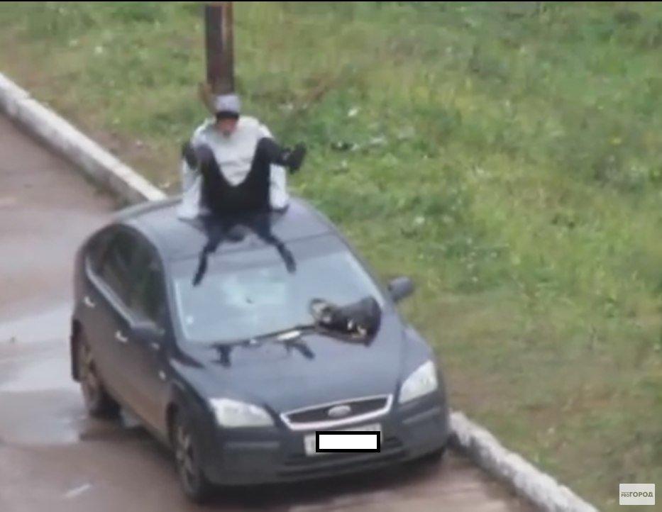 Чепчанку, которая залезла на крышу автомобиля, приговорили к принудительному лечению в психбольнице