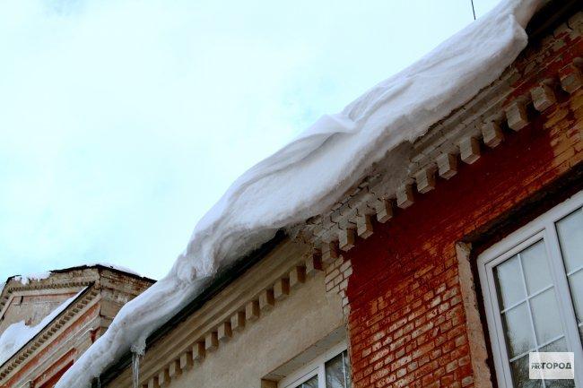В Кирове на ребенка обрушилась снежная глыба