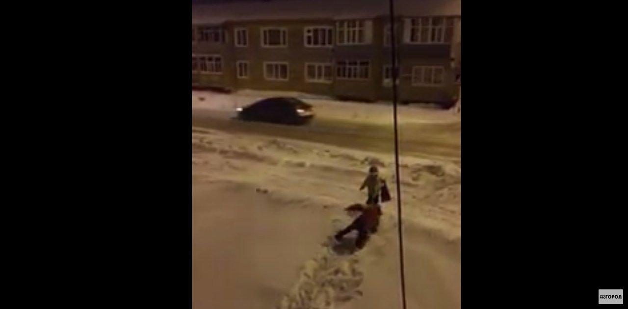 Видео: вечером в Кирове малыш вел домой пьяную мать