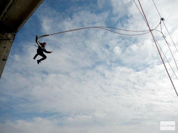 В Кирово-Чепецке молодые люди прыгали с крыши заброшенного завода